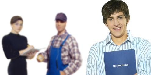 Junger Mann mit Bewerbungsmappe