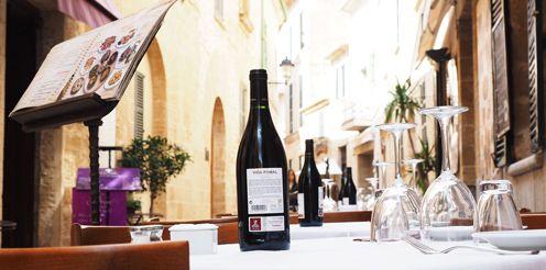Esstisch mit Wein